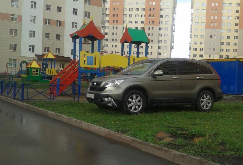 Что делать с парковкой на детской площадке или газоне