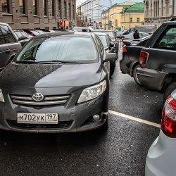 Машина не дает проехать другому транспорту