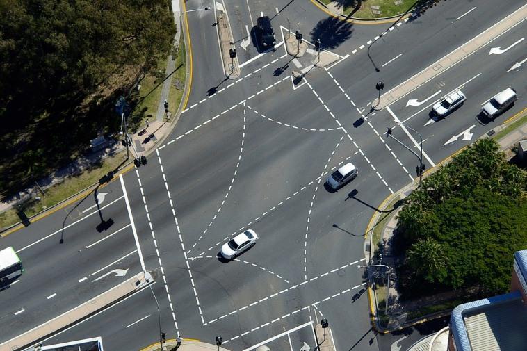 На каких перекрёстках обгон разрешён и запрещён?