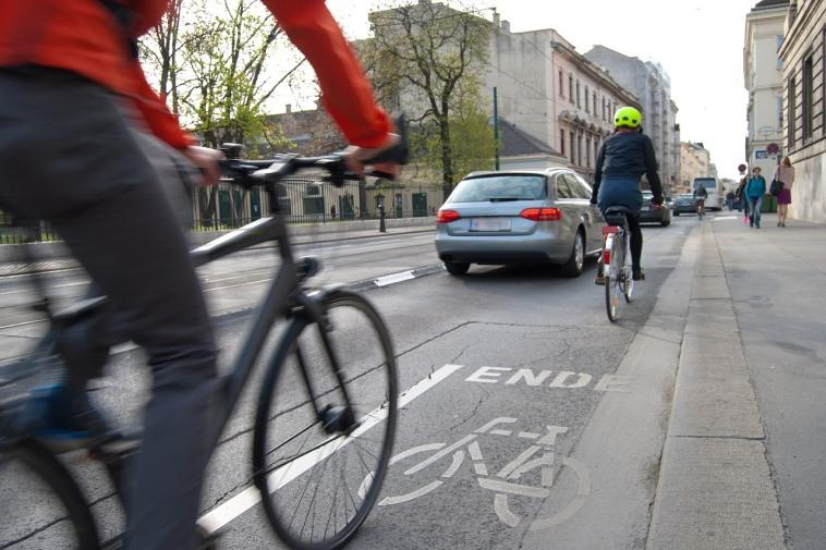 Можно ли обогнать и объехать велосипедиста через сплошную линию разметки?