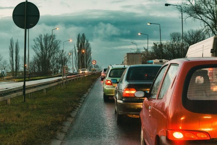 Автомобиль сзади прижался без дистанции, передний откатился – ДТП: кто виноват и что делать?