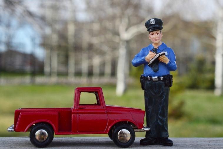 Обязан ли водитель предъявлять документы инспектору ДПС?